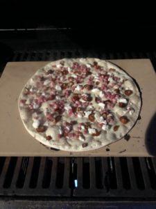Der Pizzastein für den Gasgrill kann nicht nur Pizza zaubern, auch Flammkuchen